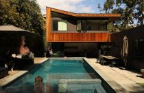 An earthy addition transforms a dull ranch house into a modern treehouse