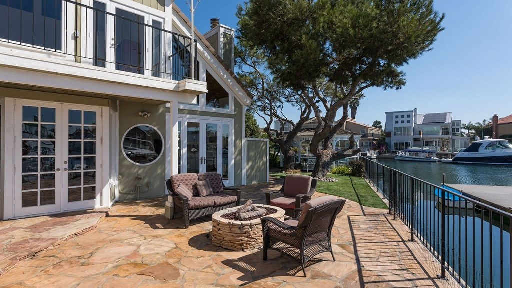 Florida homes with synthetic lawns by water