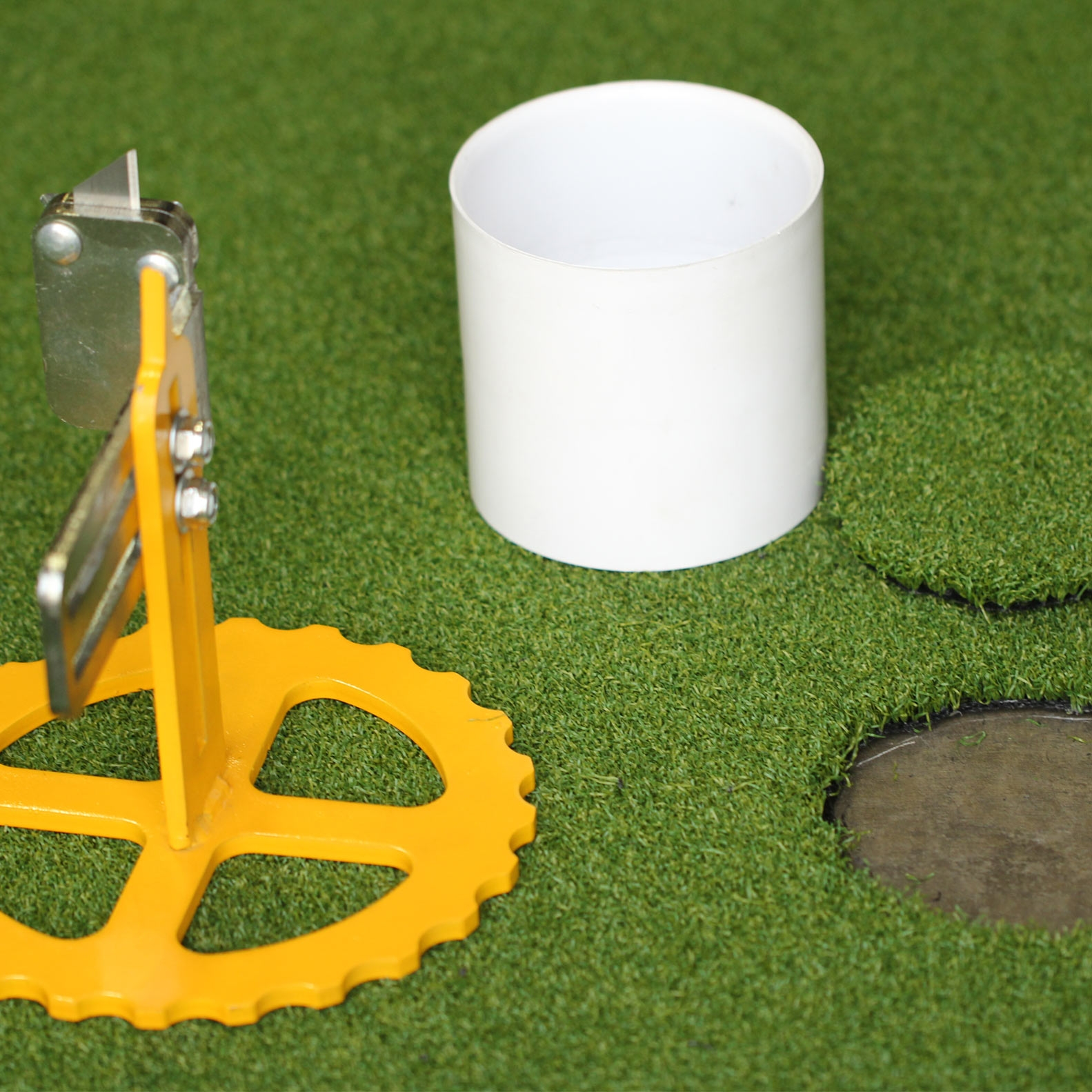 Cut circles in golf putting greens. Circle Cutter Tool. Artificial Grass Installation