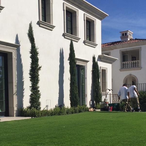 Luxury green all seasons landscape lawn white house backyard metal fence clean small garden ideas