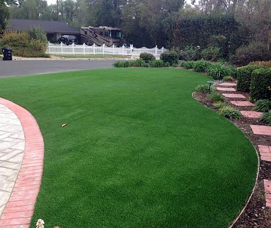 Synthetic lawn installed in the front yard, green grass pavers walkway driveway